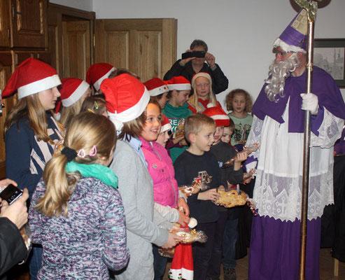 Zum Dank erhalten die Kinder vom Nikolaus einen Stutenkerl