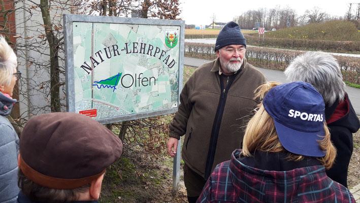 Heinrich Lohmann zeigt die Schilder und erzählt über die Tiere und Pflanzen dieser Gegend