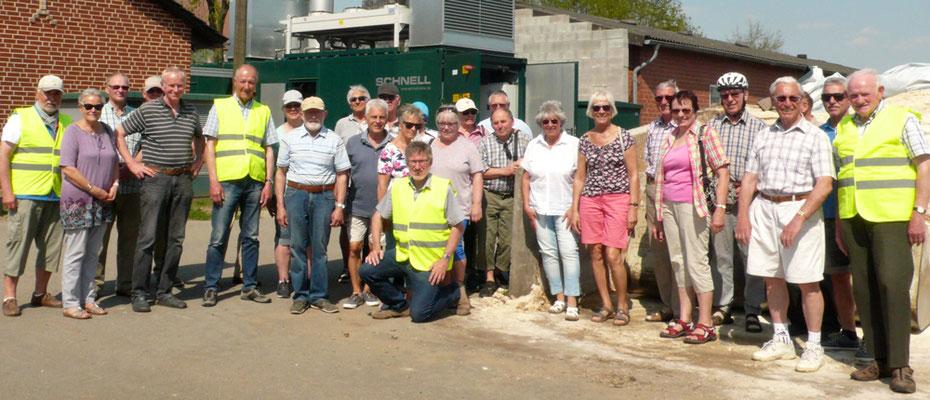 Die Gruppe beim Besuch der Biogasanlage