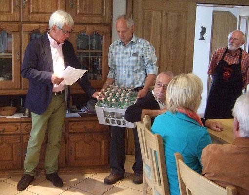 Vorsitzender Ludger Besse verteilt den Selbstgebrannten Apfelwein...