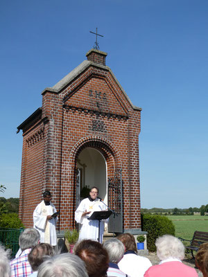 Pastor Pater Rajakumar Mathias und Diakon Stephan Börger sprechen die Gebete ...