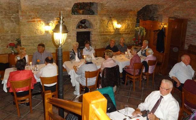 Abendesen im Kellergewölbe