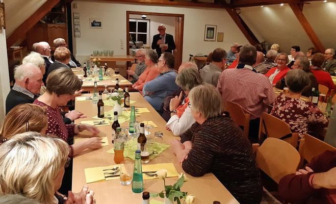 Theo Watermeier begrüßt die Gäste