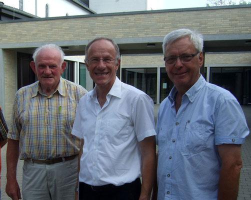 Hermann Röhling und Ludger Besse bedanken sich bei Pfr. Johannes Hammans für die Kirchenführung