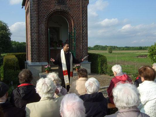 Mehrere Mitglieder sprachen Gebete, Pater Joseph gab den Schlusssegen