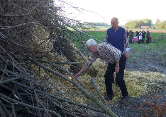 Ludger Besse zündet das Osterfeuer an