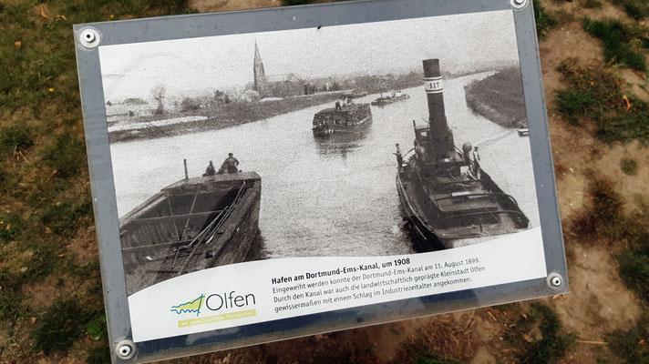 ca. 1908 - DEK mit dem Olfener Hafen. Ein Schlepper fährt Richtung Ems, geschleppte Kähne (Gleitzug) kommen ihm entgegen.