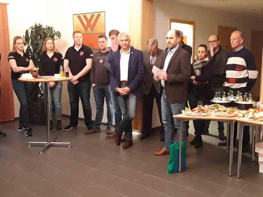 Der Vertreter des Stifters Gelsenwasser verteilt die Preise