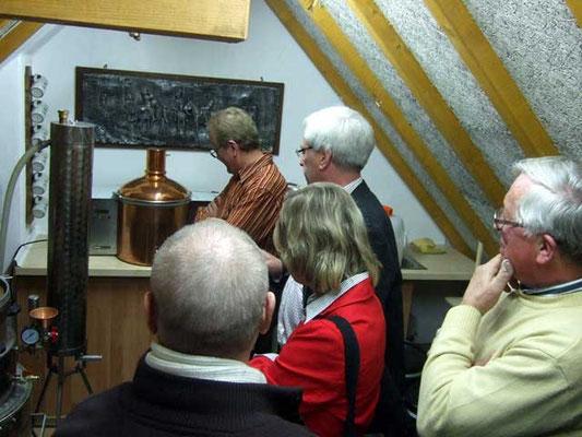 Ludger Besse zeigt die Brenn- und Brauanlage