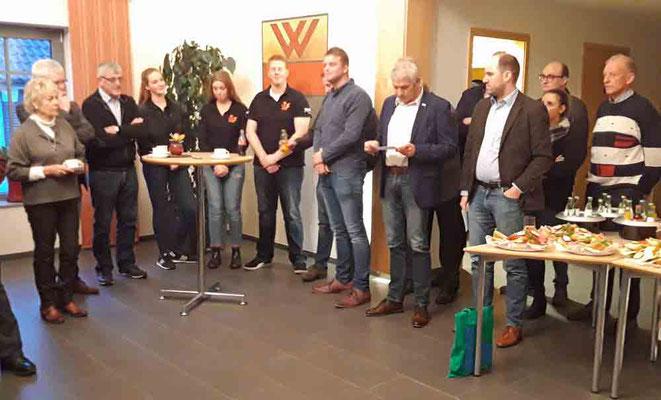 Bürgermeister Wilhelm Sendermann stellt die drei Gewinner des Umweltpreises vor