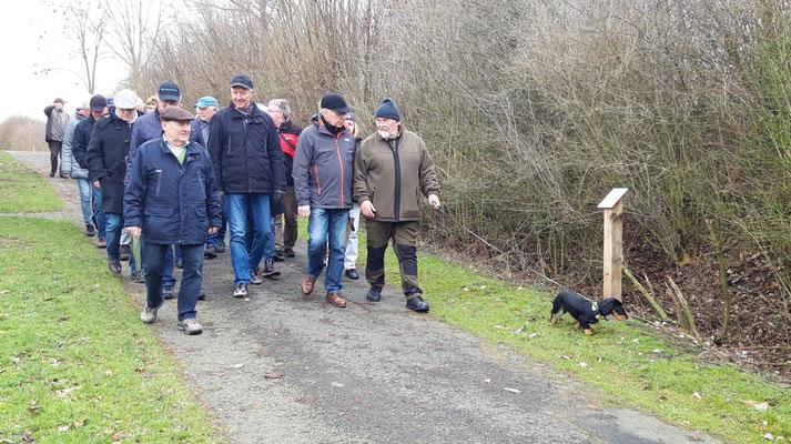 Die Wandergruppe auf dem Weg zum Startpunkt des Natur-Lehrpfades
