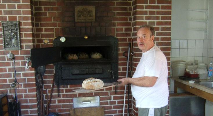 Bäckermeister Walter Boedecker hat verschiedene leckere Brotsorten gebacken ...