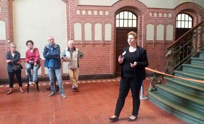 Sarah Romanowsky führt in der Lohnhalle