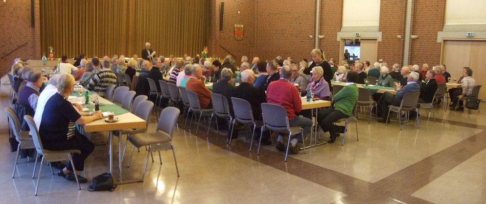 Trotz des schlechten Sturmwetters waren viele Mitglieder des Heimatvereins in die Stadthalle gekommen - Foto: HPD
