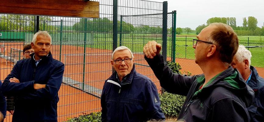 Jürgen Jocoby führt die Liste der Baumpaten und erklärt die Standorte