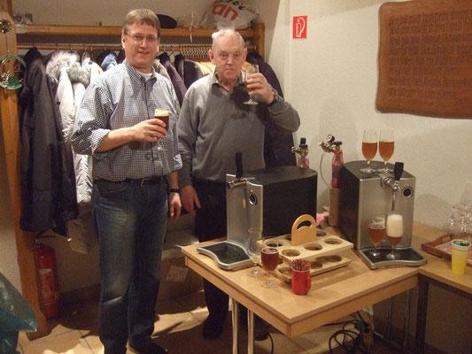 Dirk Elias und Harald Still zapfen ihr selbst gebrautes Bier - es schmeckt herrlich