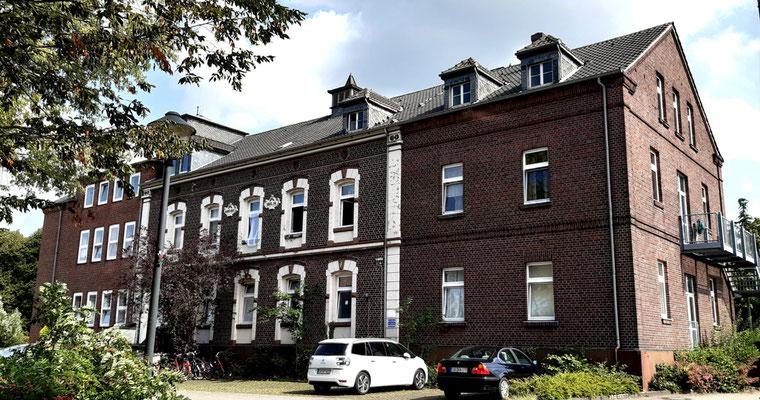 Etwas zurück liegt das Marienheim, das ehemalige Krankenhaus. Heute dient es als Unterkunft für Flüchtlinge.