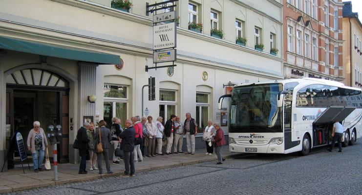 Ankunft vor dem Hotel 'Wilder Mann'