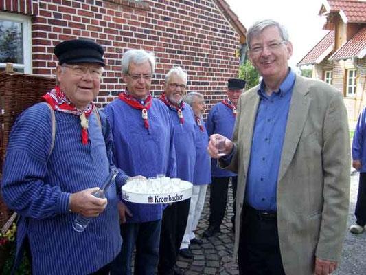 Kiepenkerl Josef Sebbel begrüßt den Gast und schenkt ihm vom selbst gebrannten Apfelgeist ein