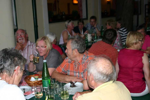 Im Heurigen schmeckten nach dem Essen die verschiedenen Weinsorten besonders gut ...