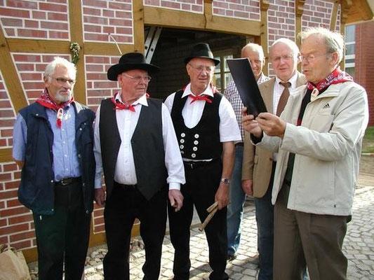 Vorsitzender Albert Knümann liest die Urkuunde vor