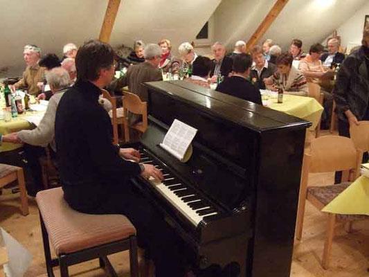 die gemeinsamen Lieder begleitet Thomas Hessel am Klavier