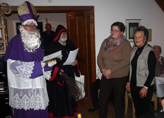 Nikolaus und Knecht Ruprecht mit Renate Schulte im Busch und Gerda Rzepka