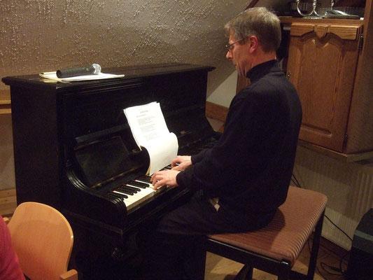 Zum Ausklang singen die Gäste noch einige Lieder unter Begleitung von Thomas Hessel
