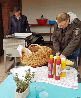 Mitglieder des Heimatvereins haben Leckeres auf dem Grill vorbereitet