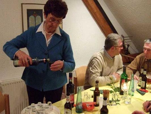 Getrud Schröer verteilt den 'Süßen'