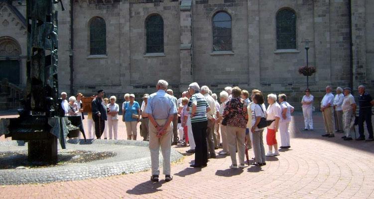 Der Kiepenkerl  Matthias Latus führt die Gruppe durch das Dorf Westerfeld