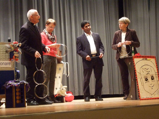 Einbezogen wurden Ruth Besse und Christel Still, die von den Zauberstücken überrascht waren - Foto: HPD