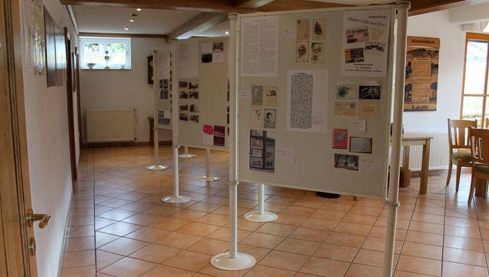 Zur Darstellung der Postkarten wurden Pin-Wände im Heimathaus ausgestellt, auf denen die Postkarten angebracht wurden.