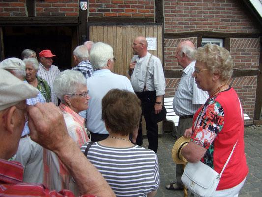 Walter Tenbusch und Josef Benning begrüßen die Besucher vor dem Heimathaus