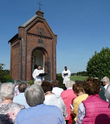 Diakon Stephan Börger und Pastor Pater Rajakumar Mathias sprechen die Gebete.