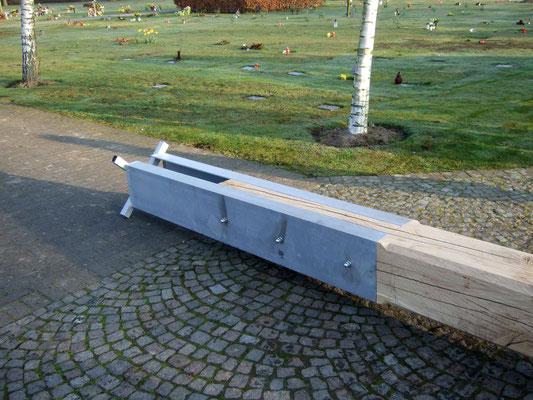 Am Fuß des Kreuzes ist ein Stahlträger angebracht. Er ist so konzipiert, dass das Holz nicht durch Grundwasser beschädigt wird.