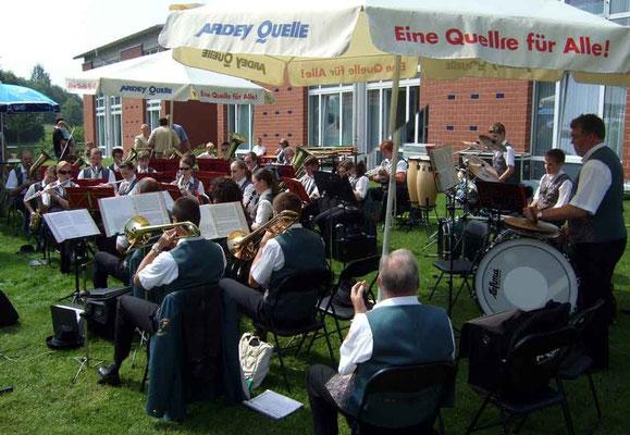 Das Musikcorps '76 Stadt Olfen spielt ...