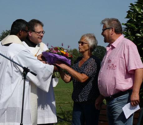 ... und übergeben als Dankeschön für die Pflege einen Blumenstrauß an Annegret und Gerhard Priebe.