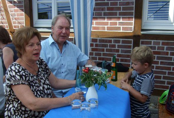 Die Großeltern mit dem jüngsten Mitglied des Heimtvereins