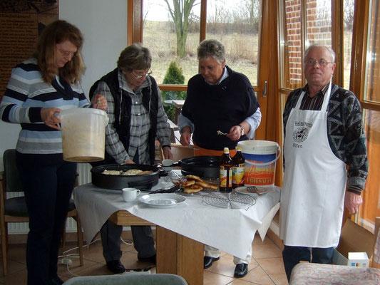fleißige Helfer haben im Heimathaus für die Wanderer alles vorbereitet
