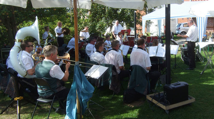 Das Musikcorps 76 unter Leitung von Uwe Koschela unterhält die Gäste ...