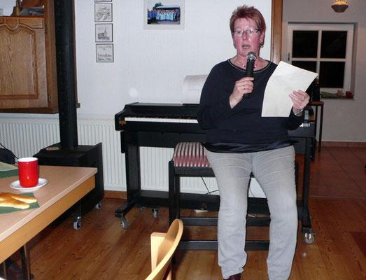 Gisela Brathe trägt eine Nikolausgeschichte vor