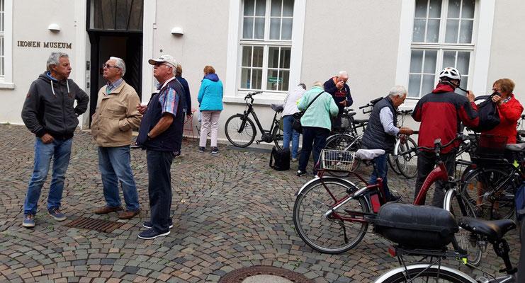 Die Radler haben das Ikonenmuseum erreicht