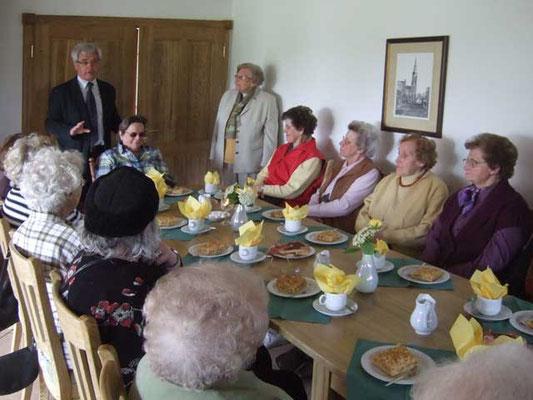 Im Heimathaus vor der Andacht begrüßen Ludger Besse und Hedwig Lunemann die Senioren 60+ zum Kaffeetrinken