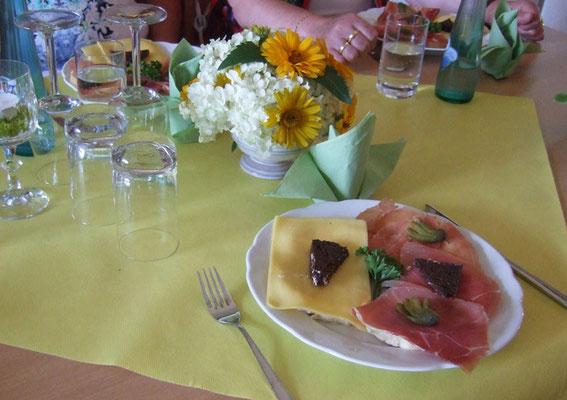 ... an schön gedeckten Tischen ...