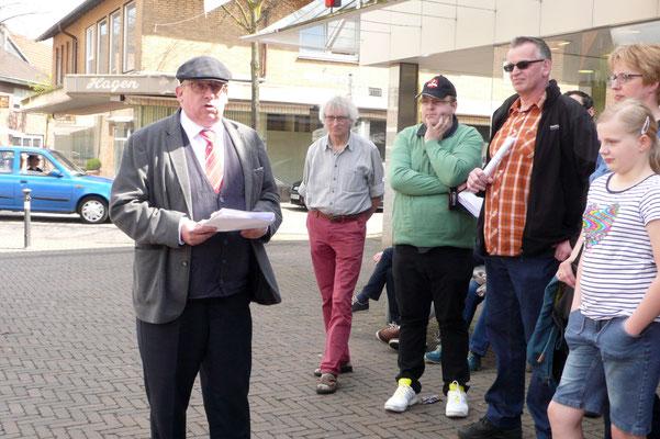 Pfr. Thorsten Melchert berichtet auf dem Marktplatz über das Judentum in Olfen