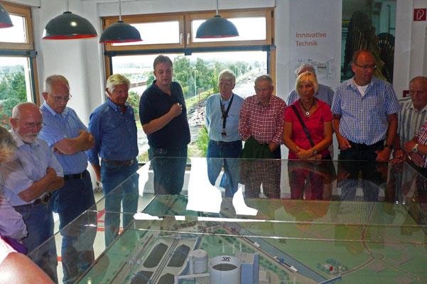 Andreas Kahle erklärt am Modell das Kraftwerk