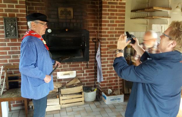 Ludger Besse zeigt den Besuchern den Steinofen im Backhaus