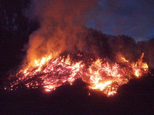 Das Osterfeuer brennt lange
