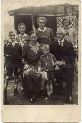1934, vlnr: Alois (1923), Wilhelm (1922), 2. Ehefrau Lene, geb. Bette, geheiratet 1919, Elisabeth (1911), Enkel Tonius (1929), Bernhard Holtmann, Hedwig (1920)